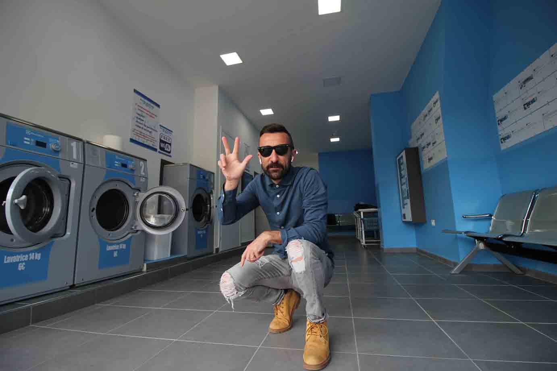 Lava e asciuga lavanderie self